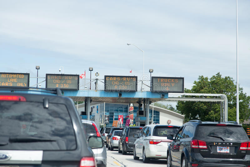 Tráfego na passagem fronteiriça de US/Canada foto de stock