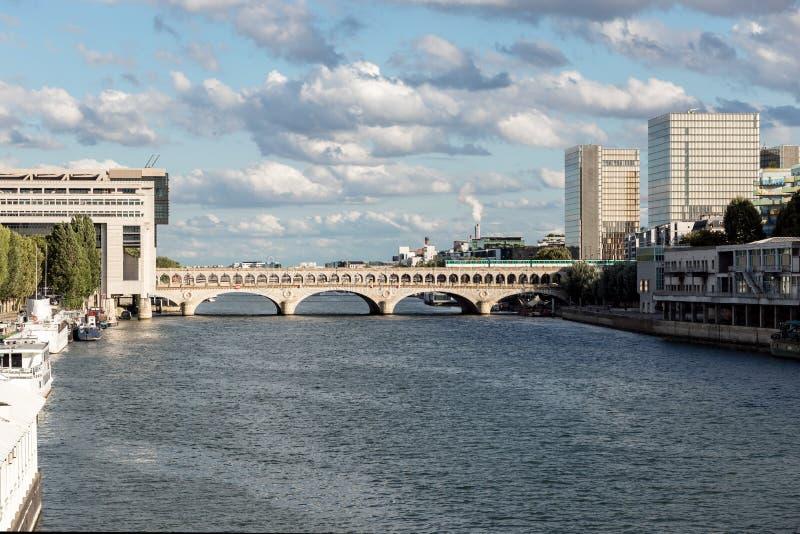 Tráfego na ponte de Bercy - Paris do metro fotos de stock