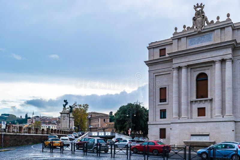 Tráfego nas ruas de pedrinha de Roma na estrada da conciliação imagem de stock