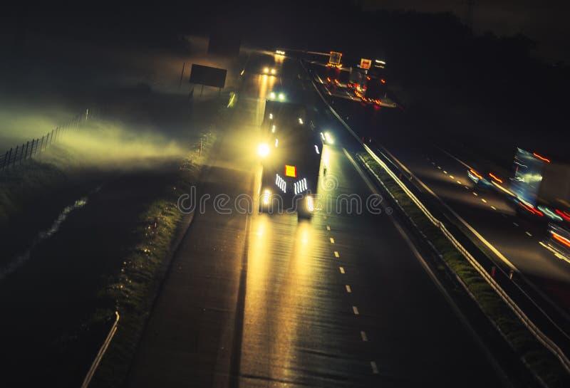 Tráfego nevoento da noite da estrada imagem de stock royalty free