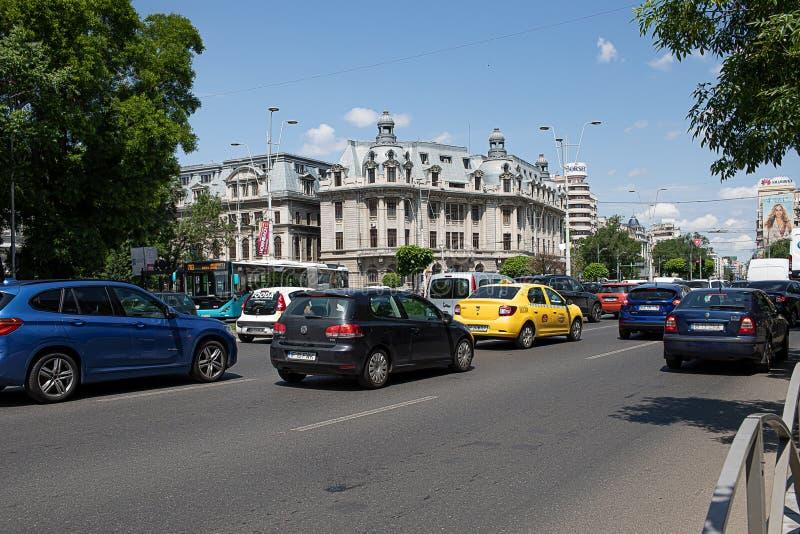 Tráfego no quadrado Bucareste Romênia da universidade fotos de stock royalty free
