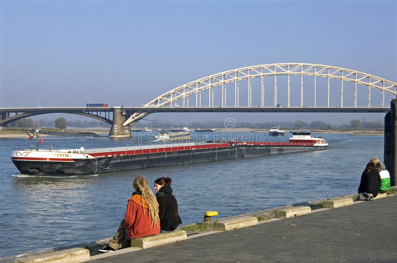 Tráfego no Waal, cidade Nijmegen do rio imagem de stock