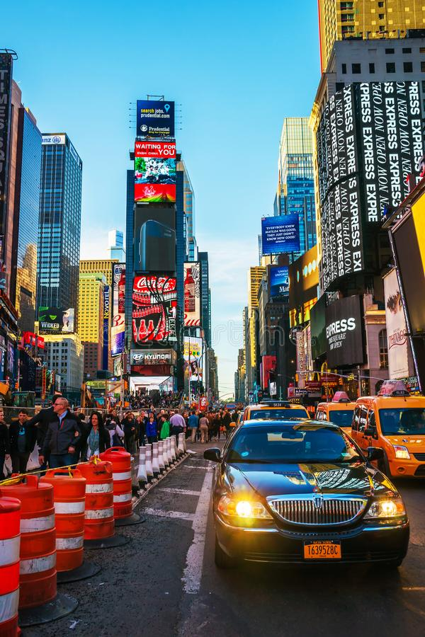 Tráfego ocupado em Broadway e em 7o Times Square NYC da avenida foto de stock