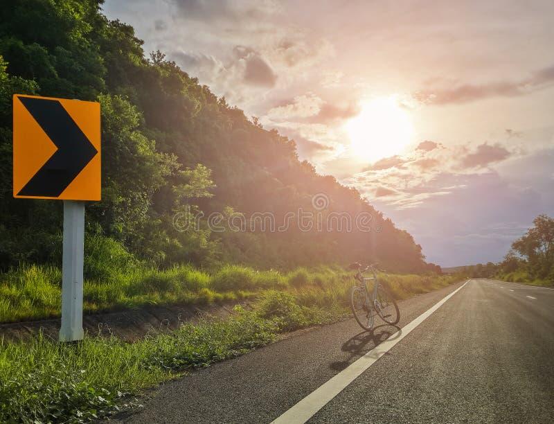 Tráfego ou transporte, sinais direitos sentidos dianteiros na estrada foto de stock royalty free