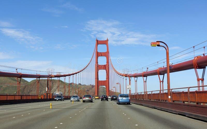 Tráfego que cruza golden gate bridge imagens de stock