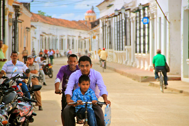 Tráfego Relaxed em Mompox colonial, Colômbia fotos de stock royalty free