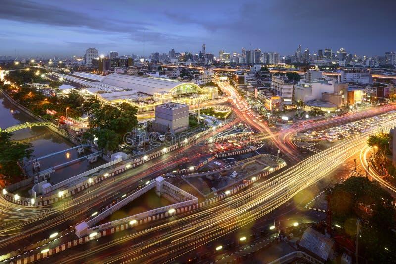 Tráfego rodoviário na cidade de Banguecoque com skyline na noite pelo tiro longo da exposição da técnica, Tailândia imagem de stock