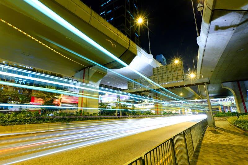 Tráfico con la luz de la falta de definición a través de la ciudad foto de archivo libre de regalías