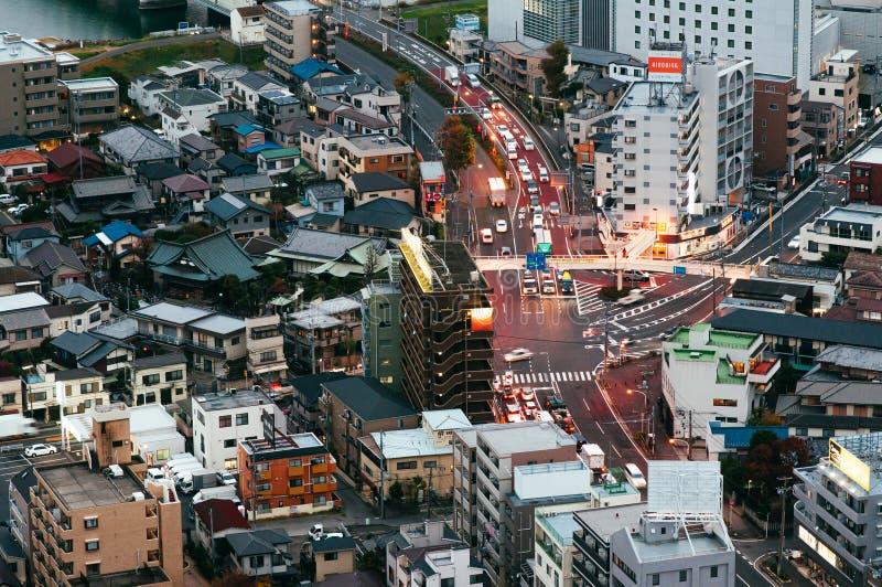 Tráfico crepuscular de la visión aérea y edificios del distrito de Ichikawa Tokio - Jap?n fotografía de archivo