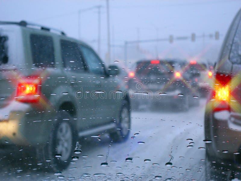 Tráfico de camino en la lluvia foto de archivo
