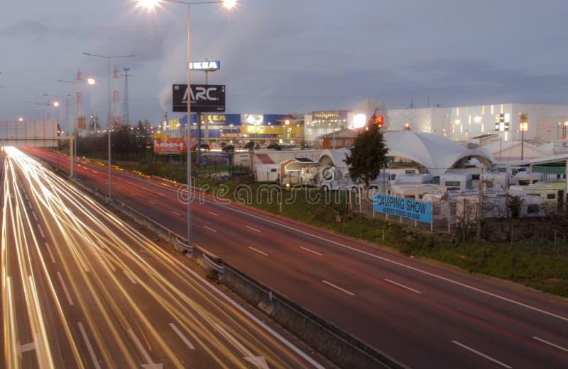 Tráfico de ciudad en la noche imágenes de archivo libres de regalías