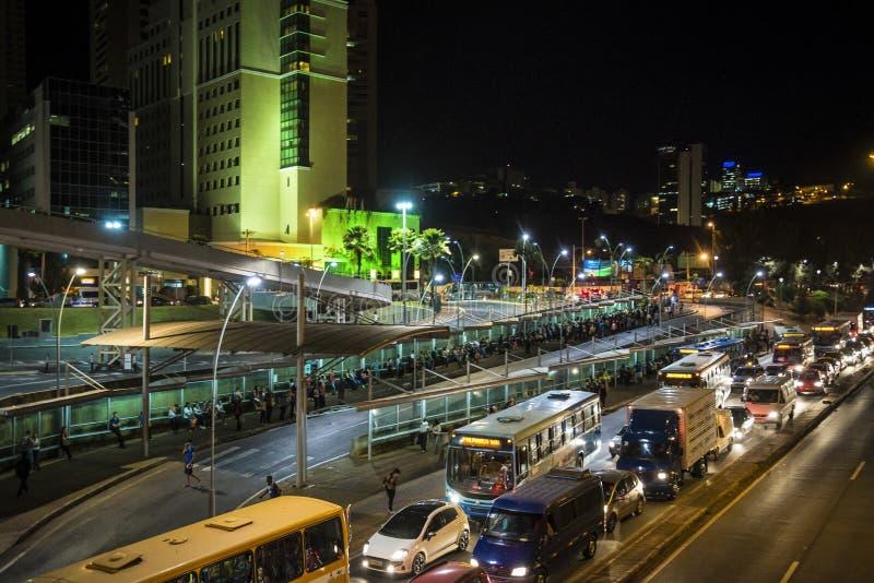 Tráfico de ciudad de la noche, Belo Horizonte, Minas Gerais, el Brasil imagenes de archivo