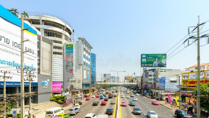 Tráfico de coche en el frente de Ngam Wong Wan Road de Pantip Ngamwongwan adentro imagen de archivo libre de regalías
