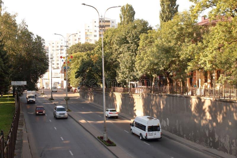 Tráfico de coche en la calle de la ciudad Pyatigorsk, Rusia imagen de archivo