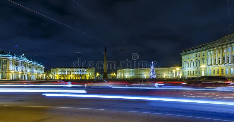 Tráfico de coche de la noche en el cuadrado del palacio de la ermita, St Petersburg, Rusia fotos de archivo libres de regalías