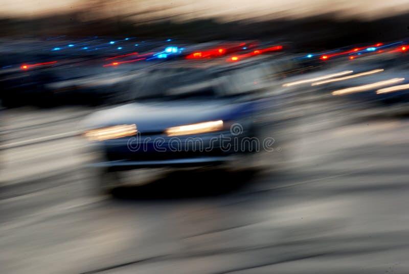 Tráfico de coches en el camino de la noche fotografía de archivo