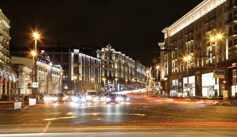 Tráfico de coches en el centro de ciudad de Moscú (calle cerca del Kremlin), Rusia de Tverskaya imagen de archivo libre de regalías
