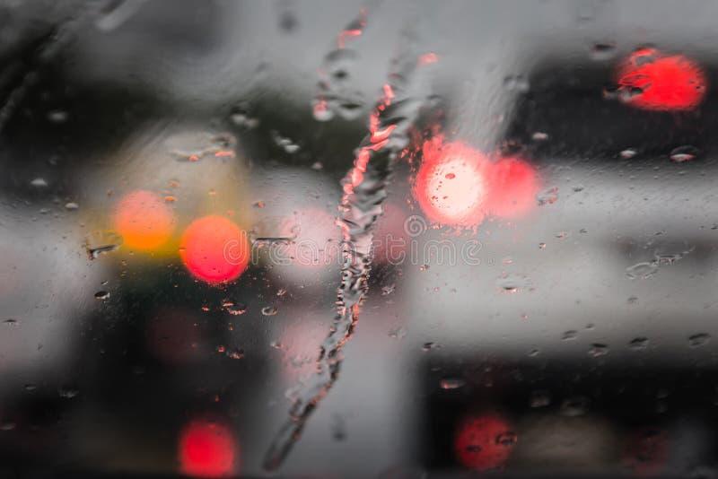 Tráfico de Defocussed visto a través de un parabrisas del coche foto de archivo libre de regalías
