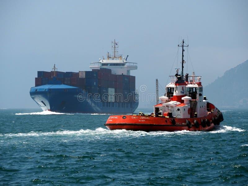 Tráfico de envío costero en curso en el mar foto de archivo libre de regalías
