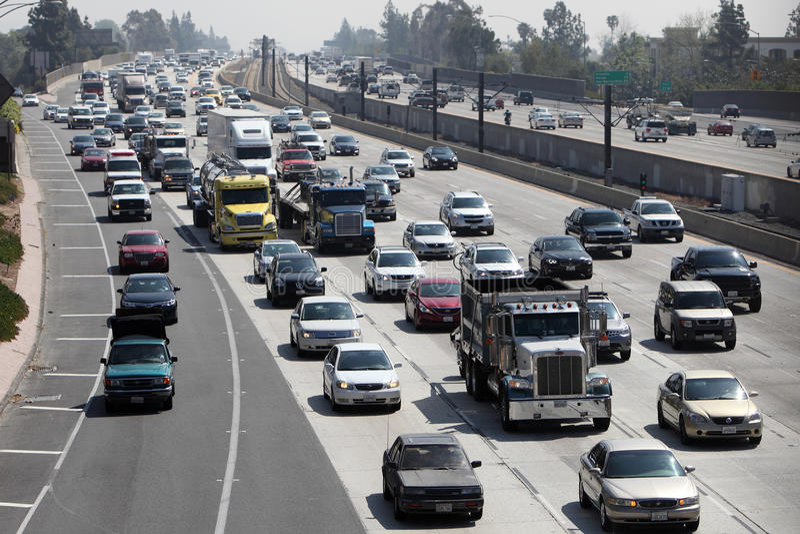 Tráfico de la autopista sin peaje en Pasadena, California foto de archivo