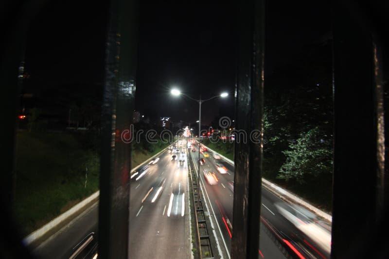 Tráfico de la calle en São Paulo/BRAZIL en la noche imagenes de archivo