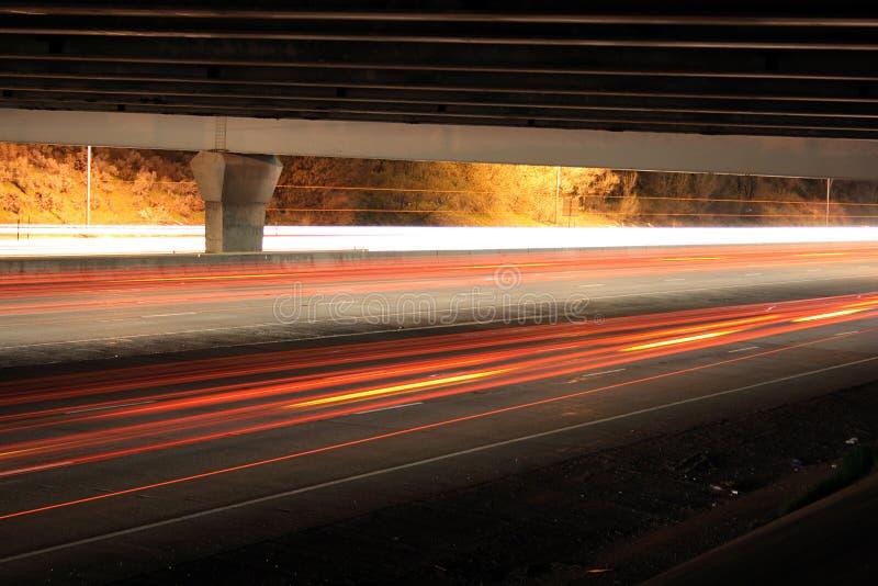 tráfico de la carretera bajo el puente fotografía de archivo libre de regalías