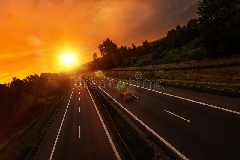 Tráfico de la carretera de la puesta del sol imágenes de archivo libres de regalías