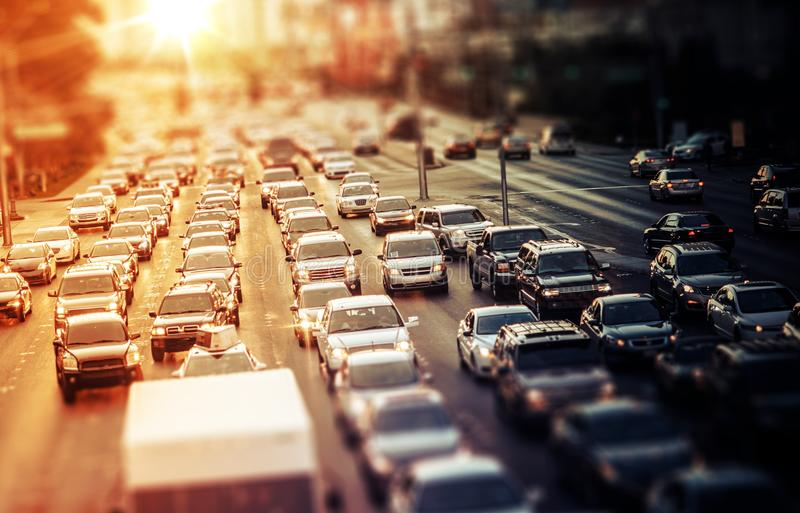 Tráfico de la carretera en la puesta del sol fotografía de archivo libre de regalías