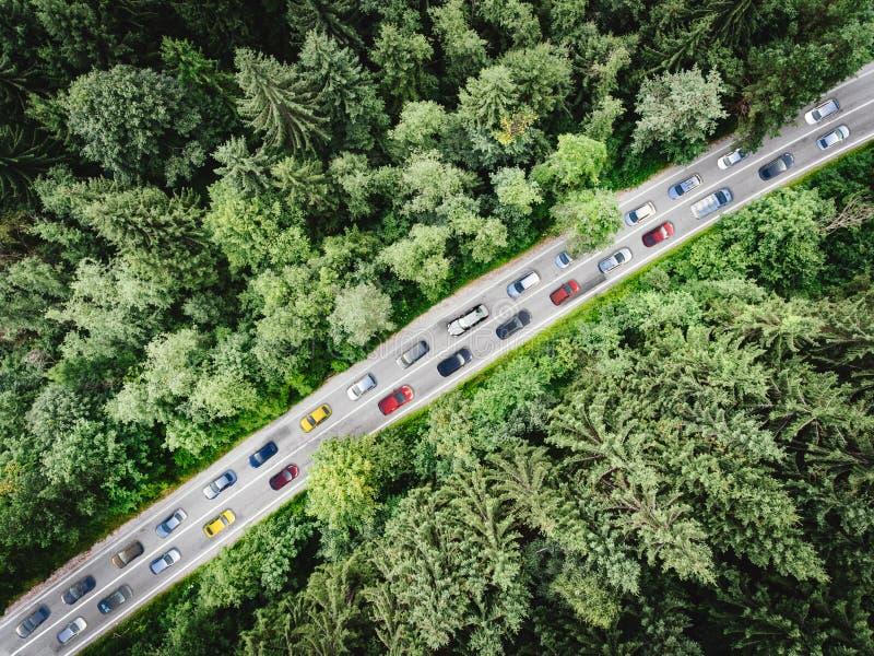 Tráfico de la hora punta con los coches múltiples pegados en la circulación densa a lo largo del top del camino abajo de la visió imagenes de archivo