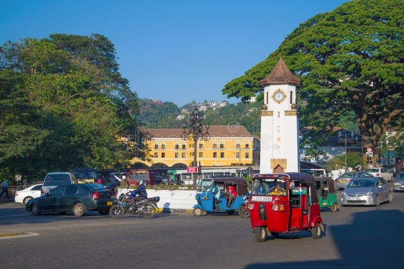 Tráfico de la mañana en el cuadrado de la torre, Kandy Sri Lanka fotos de archivo libres de regalías