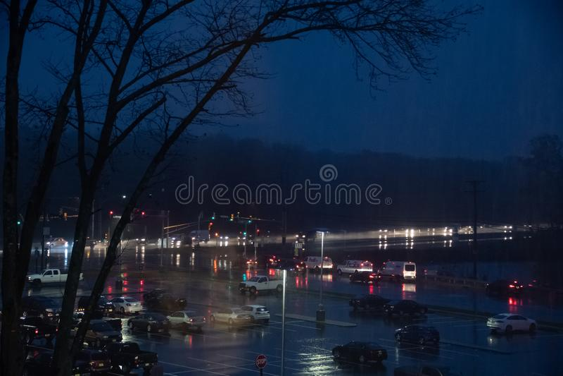 Tráfico de la noche bajo la lluvia imagen de archivo