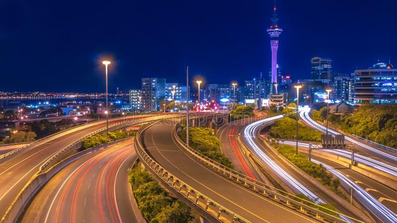 Tráfico de la noche en centro de ciudad de Auckland fotos de archivo libres de regalías