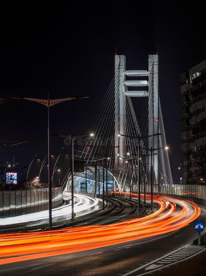Tráfico de la noche en el puente Bucarest de Basarab foto de archivo