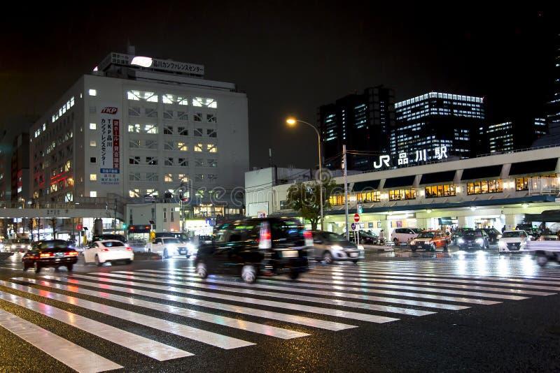 Tráfico de la noche en las calles de Tokio cerca de la estación de Shinagawa foto de archivo libre de regalías