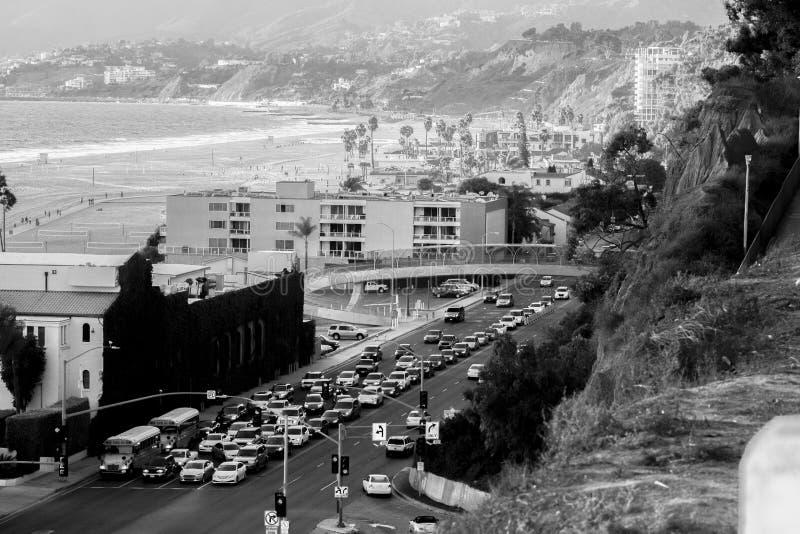 Tráfico de la playa blanco y negro foto de archivo