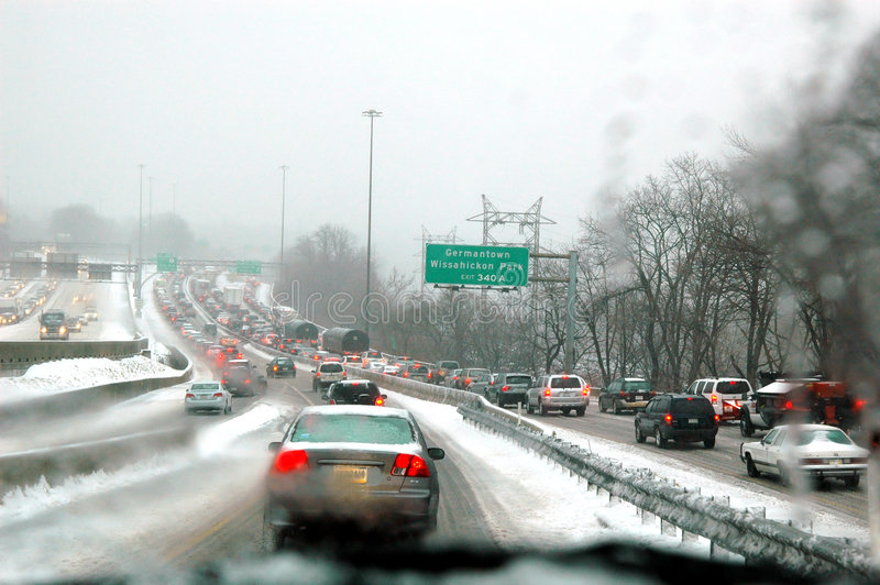 Tráfico de la tormenta de la nieve foto de archivo