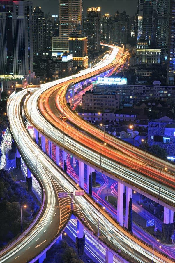 Tráfico de Shangai en la noche imagenes de archivo