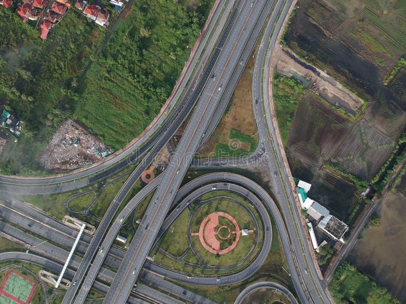 Tráfico del círculo de la carretera de la visión aérea en señal al aire libre de la naturaleza de la ciudad de Tailandia imagen de archivo libre de regalías