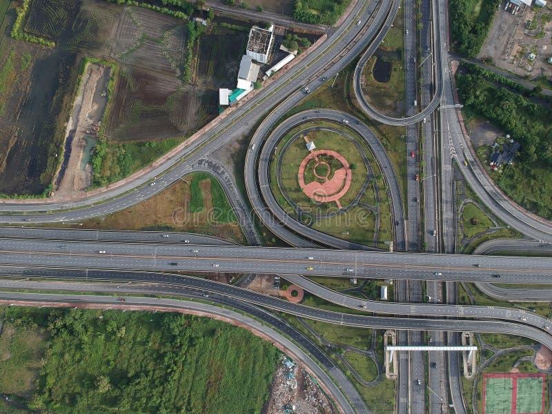 Tráfico del círculo de la carretera de la visión aérea en señal al aire libre de la naturaleza de la ciudad de Tailandia fotografía de archivo