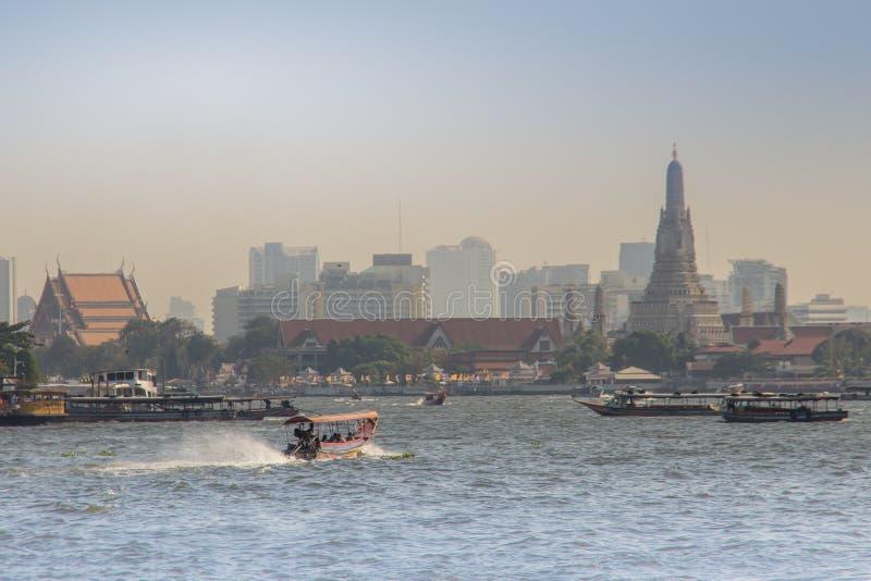 Tráfico del canal en Chao Phraya River Chao Phraya Express Boat, un servicio del transporte en Tailandia que actúa en Chao Ph foto de archivo libre de regalías