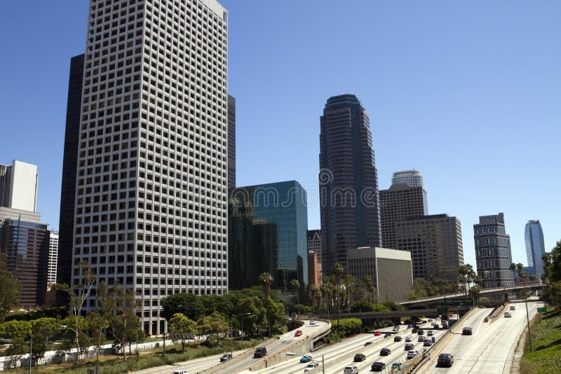 Tráfico del fin de semana a través de Los Ángeles céntrico imagenes de archivo
