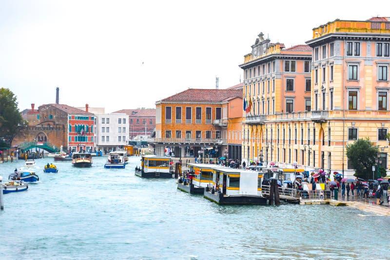 Tráfico del taxi del agua en Grand Canal en Venecia, Italia imagen de archivo libre de regalías