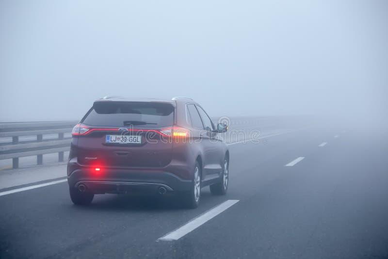 Tráfico durante niebla espesa fotografía de archivo