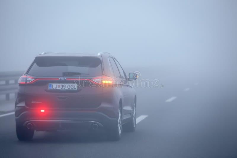 Tráfico durante niebla espesa imagen de archivo libre de regalías