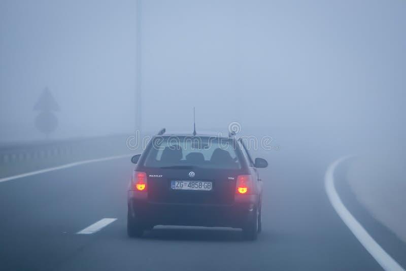 Tráfico durante niebla espesa foto de archivo