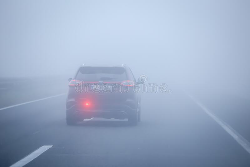 Tráfico durante niebla espesa imagenes de archivo