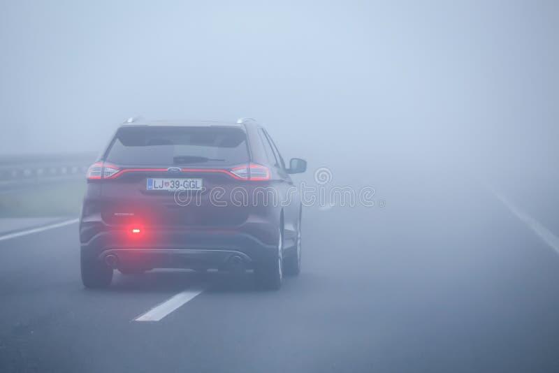 Tráfico durante niebla espesa fotografía de archivo libre de regalías