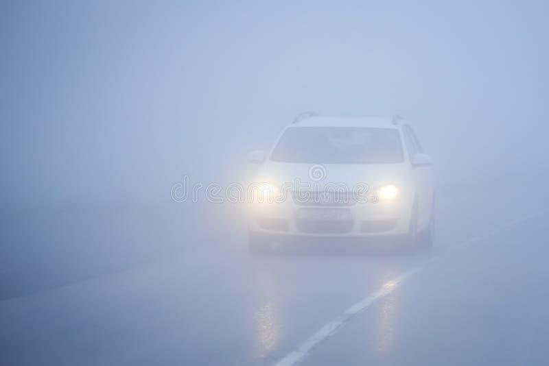 Tráfico durante niebla espesa foto de archivo libre de regalías