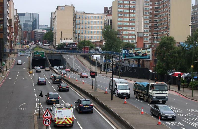 Tráfico en centro de ciudad de Birmingham de la carretera de doble calzada fotografía de archivo