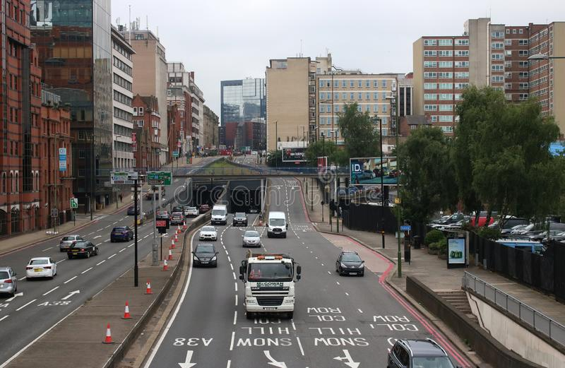 Tráfico en centro de ciudad de Birmingham de la carretera de doble calzada imagenes de archivo